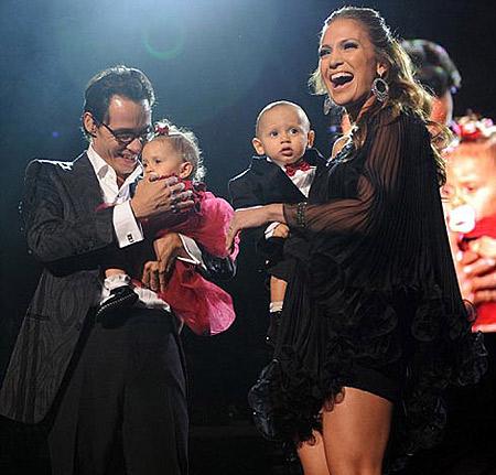 Звездная пара продемонстрировала своих близнецов Макса и Эмму на концерте в честь дня Святого Валентина. Фото: Daily Mail.