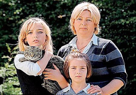Джульетта и ее дочери счастливы, что Дэйв вернулся. Фото: Daily Mail.