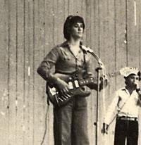 Виктор часто выступал на чужих выпускных.