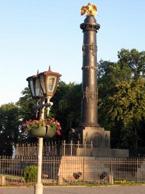 Памятник Славы перед юбилеем отмыли о оградили забором с большим замком.