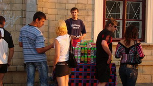 Ноу-хау нынешнего года: пиво продавали по всему периметру площади, хотя обещали, что его не сыскать будет и в окрестностях.