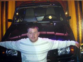 Сын пенсионерки Константин у выигранной машины в студии «Поле чудес».