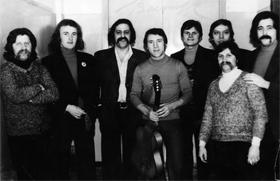 Фото сделано в день сорокалетия Высоцкого. В центре - Владимир Высоцкий, в верхнем ряду второй справа - Леонид Сорокин, участники группы «Фестиваль».