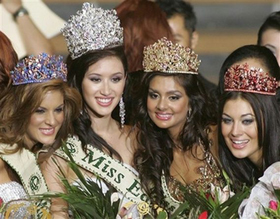 Слева направо: «Мисс Венесуэла» (3-е место), победительница Джессика Триско, «Мисс Индия» (2-е место) и «Мисс Испания» (4-е место).