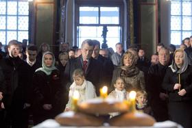 Виктор Ющенко с семьей пришел на панихиду в Софийский собор.