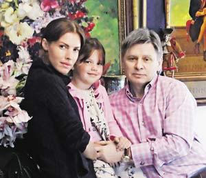 Еще недавно это была счастливая семья: мама Елена Белоусова, папа Виктор Бондаренко и их дочь Женя.
