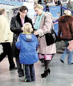 Преуспевающий бизнесмен Ираклий (Сергей Безруков) по сюжету дарит телефон «сыну» Семенович.