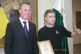 Полтавский мэр Андрей Матковский наградил Данилко грамотой и медалью.