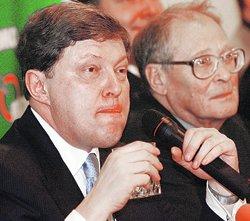 Явлинскому трудно было справиться со стаканом и микрофоном одновременно.