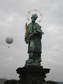 Ян Непомуцкий - самый по- читаемый святой в Чехии. Особой популярностью он пользуется у женщин, пото- му что под пытками не вы- дал тайну исповеди коро- левы, которую гроз- ный император Карл IV заподозрил в неверности. Тот же Карл приказал измученного Не