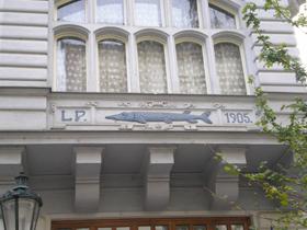 Раньше у домов в Праге не было адресов. Вместо них каждое строение имело название. Этот дом, например, назывался «У синей щуки» - она изображена на фронтоне.