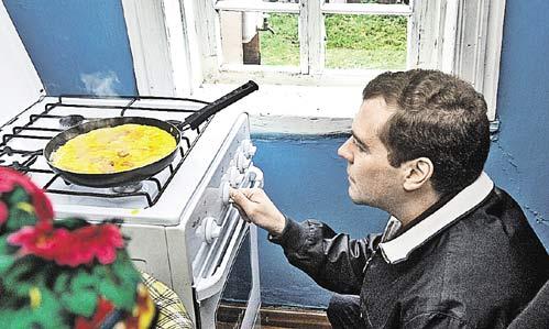 Медведев «продвигает» газификацию на село, и как-то на Белгородчине сам пожарил яичницу на газовой плите...