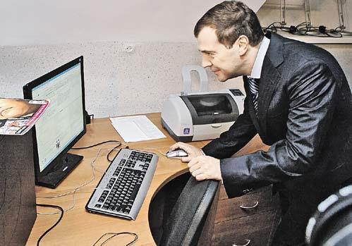 ...компьютеризация российских школ идет тоже его усилиями...
