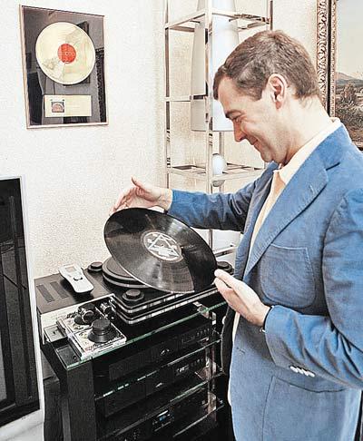 ...коллекционирует виниловые диски с записями рок-групп...