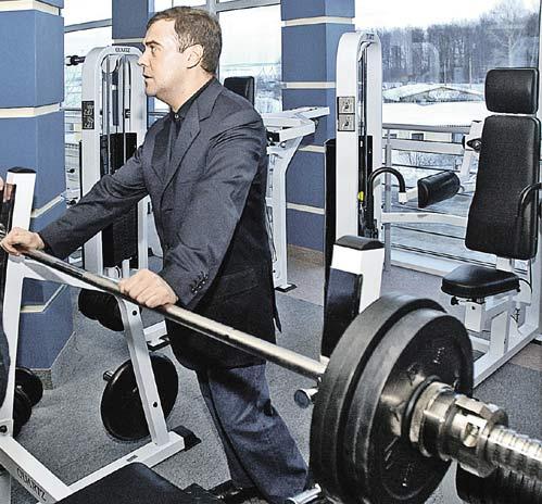 ...и часто заглядывает в спортзалы, особенно ностальгируя по тяжелой атлетике.