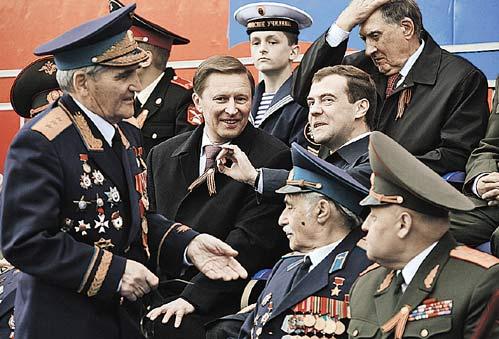 9 мая 2007 года. Среди ветеранов - вероятные преемники Иванов и Медведев. Они еще не знают, кто из них двоих станет «самым вероятным».
