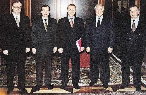 Бывшие премьеры Сергей Степашин и Сергей Кириенко (крайние слева), Евгений Примаков и Виктор Черномырдин (крайние справа) поддержали председателя правительства Владимира Путина (в центре) осенью 1999-го. Они готовы это сделать и сейчас.