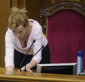 На месте спикера Арсения Яценюка была замечена неизвестная блондинка.