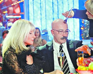 ...а Александр Розенбаум позволил себе глоток шампанского.