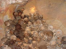 Свая пробила потолок крипты (костницы), в которой хранятся кости умерших монахов.