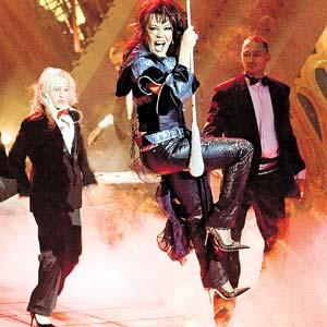 Великолепная Азиза в своих выступлениях использовала даже акробатические трюки.