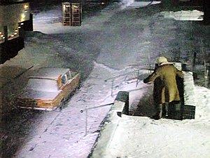 Через минуту Лукашин начнет бросаться снежками. Их для актера лепила местная детвора.