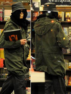 Майкл выбирает книжки. Фото с сайта dailymail.co.uk