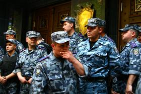 Бойцы «Беркута» осадили здание.