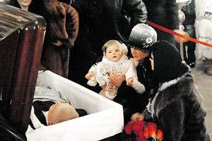 Маленькая Женечка пыталась разбудить папу.