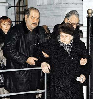 Мама Абдулова Людмила Александровна и его старший брат Роберт (справа).