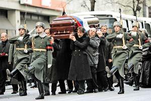 Гроб с телом актера под аплодисменты поклонников несли его коллеги по цеху.