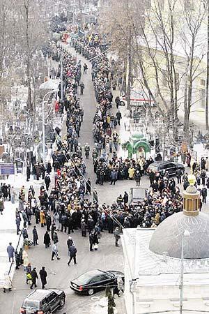 Тысячи поклонников пришли на Ваганьковское кладбище проститься с Александром Абдуловым.