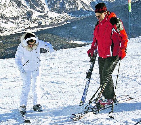 Тину Канделаки учит кататься на горных лыжах друг семьи Юрий.