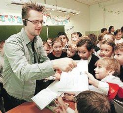 Для автографов ребята протягивали телеведущему дневники. Говорят, у школьников есть поверье: роспись Пушного притягивает в дневник пятерки.