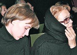 Ксения Алферова и ее мама Ирина Алферова на панихиде.