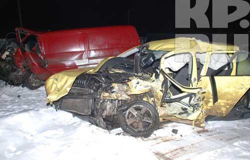 Автомобиль, в котором разбился Геннадий Бачинский. Сзади - красный микроавтобус, с которым он столкнулся.