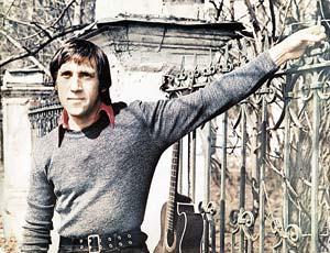 Высоцкий на Ваганьковском кладбище. Начало 70-х годов. В это время он работал в Театре на Таганке.