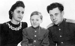 С отцом Семеном Высоцким и его женой Евгенией. 1947 г.