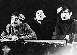 Валерий Золотухин (в центре) в финале спектакля «Берегите ваши лица» погладил по голове Владимира Высоцкого и Юрия Медведева. Это была чистой воды импровизация.