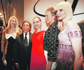 Валентино в окружении своих любимых моделей - (слева направо) Клаудиа Шиффер, Наталья Водянова, Ева Герцигова и Надя Ауэрман. Фото: АП