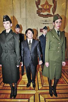 Валентин Юдашкин в привычной среде моделей. В такой одежде будут щеголять дамы-военнослужащие.