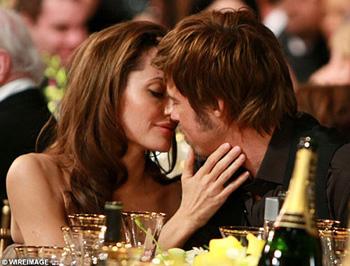 За годы совместной жизни Анджелина и Бред удивительным образом не потеряли способности наслаждаться друг другом. Фото The Daily Mail.