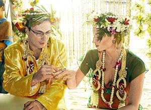 На «тайскую» свадьбу муж подарил Насте кольцо с бриллиантами.