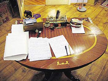 Гришковец действительно пишет свои произведения ручкой по бумажке, доказательства - собственноручно сделанное фото.
