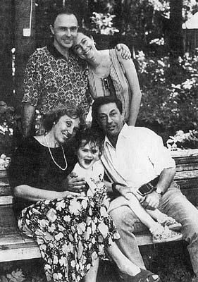 Со своей женой Татьяной актер познакомился в юности в Коктебеле. И вот что из этого получилось: любовь на всю жизнь, сын Владимир и двое внуков - Настя (на фото) и Миша. Кроме того, на снимке - любимая невестка Наташа.