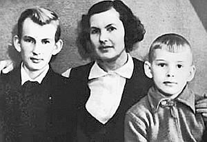 Маленький Саша (справа) вместе с мамой Людмилой Александровной и братом Володей.