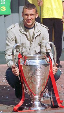 Шева подержал Кубок чемпионов в руках заслуженно.