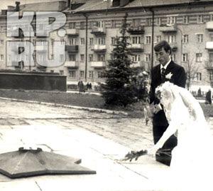 25 лет назад невеста Ольга Денисова положила гладиолусы на Вечный огонь. Теперь на нем сожгли ее сына.