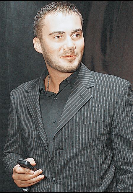 Виктор Янукович-младший благосклонно позировал перед папарацци. Затем посидел за столиком в компании друзей, однако покинул зал задолго до окончания конкурса.