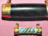 Эти амулеты выточены из полудрагоценных камней, наконечники сделаны из золота.